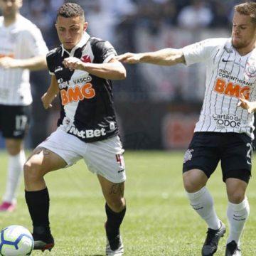 """Bruno Gomes projeta evolução no Vasco e passa tempo no videogame com Benítez: """"É meu freguês"""""""