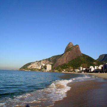 Com isolamento, lixo recolhido das praias do Rio cai 91% durante a semana
