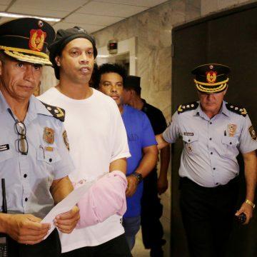 Um mês depois, Ronaldinho segue preso no Paraguai e sem perspectiva de sair