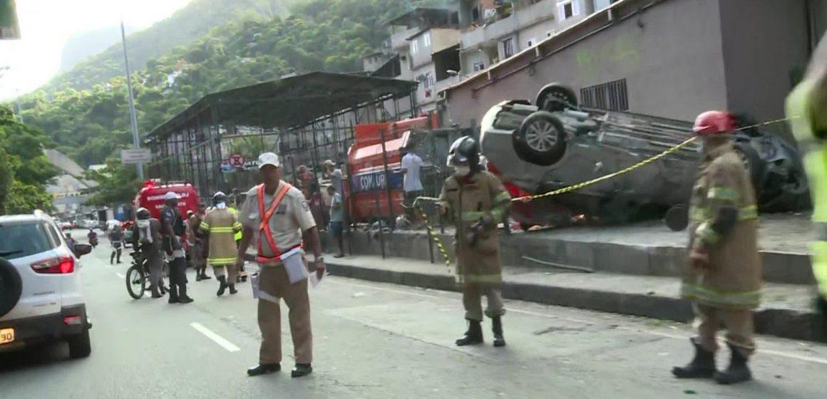 Carro capota em São Conrado, Zona Sul do Rio