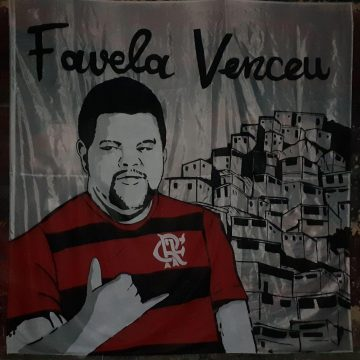 Torcedores do Flamengo fazem bandeirão para família de Babu torcer no Big Brother Brasil
