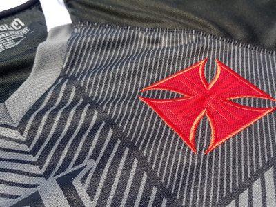 Em transmissão ao vivo com Castan e Talles, Vasco apresenta camisa personalizada do CT