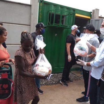 Vasco distribui cestas básicas à comunidade próxima ao terreno do novo CT