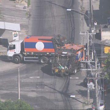 Caminhões da Comlurb são usados como barricada por bandidos em comunidade de Bangu, no Rio