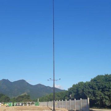 Mastro de 30m para bandeira é instalado, e Vasco inicia construção de gramados no CT