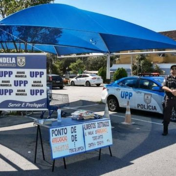Policiais da UPP Providência arrecadam alimentos para montar cestas básicas para a comunidade