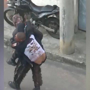 PM é ferido em operação na Vila Aliança, na Zona Oeste do Rio; vídeo mostra colega o carregando