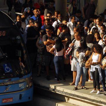 Imagens mostram fila dando voltas e passageiros aglomerados no BRT de Santa Cruz