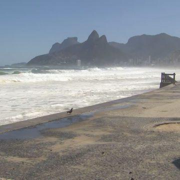 Mar invade pista no Leblon, e surfistas aproveitam ondas de até 3,5 metros, apesar da restrição