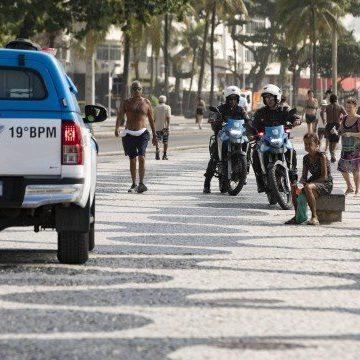 Policiais fazem ronda na Praia de Copacabana e mandam banhistas para casa