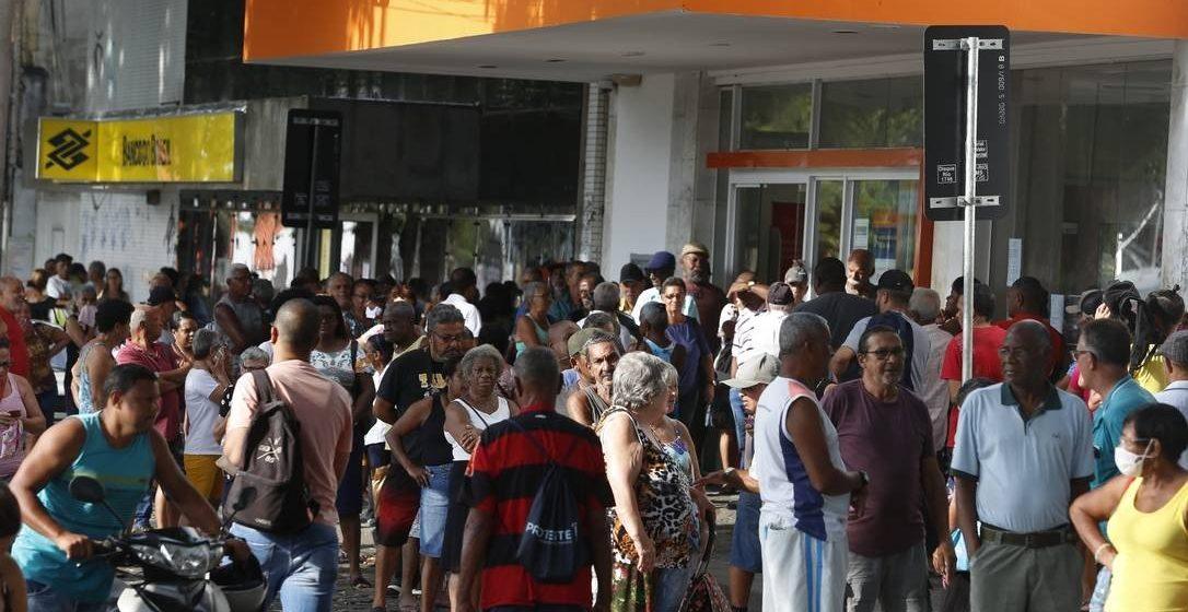 Coronavírus: Ruas ganham mais movimento em primeiro dia de mudanças em horário para comércio e indústria