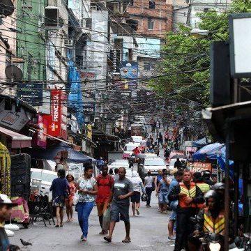 Primeira comunidade do Rio a ter mortes por coronavírus confirmadas, Rocinha mantém grande parte do comércio aberta