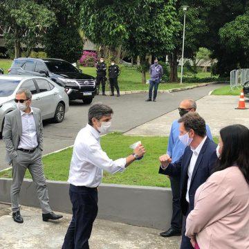 Crivella recebe Nelson Teich no hospital de campanha do Riocentro