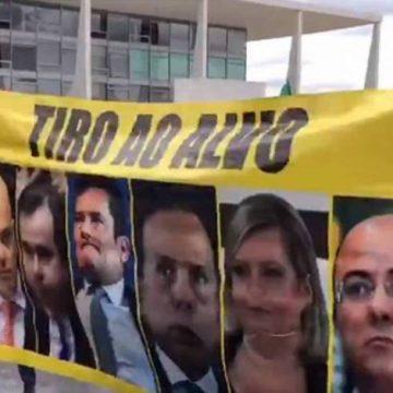 Em Brasília, eleitores de Bolsonaro praticam 'tiro ao alvo' com rosto de Moro, Maia e Moraes; vídeo