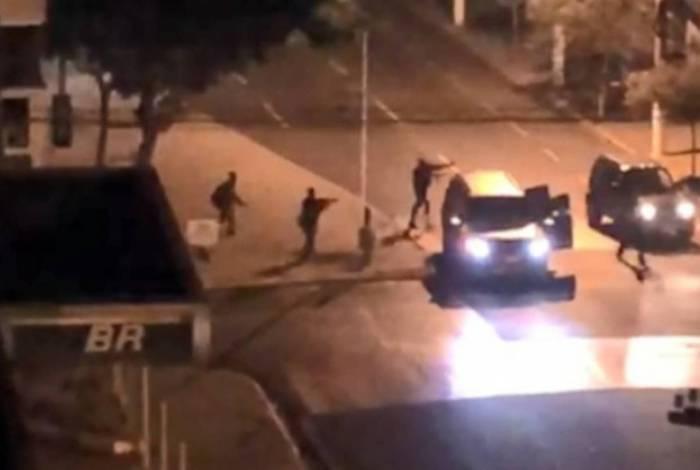 Vídeo: bandidos explodem agência bancária, cercam delegacia e destroem base da PM