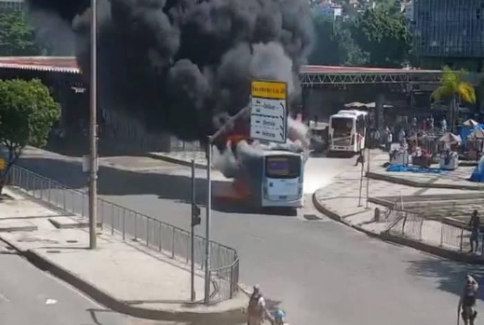 Incêndio em ônibus interdita parcialmente Avenida Presidente Vargas