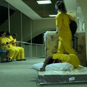 Enfermeiros dormem no chão de hospital de campanha do Maracanã