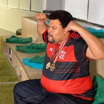 Ídolo dos ídolos: Babu vê títulos do Flamengo em 2020 pela 1ª vez e se emociona com surpresa do elenco