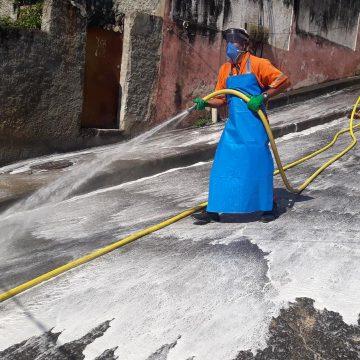Agentes da Comlurb realizam trabalho de higienização no Morro do Borel, na Tijuca, na Zona Norte do Rio