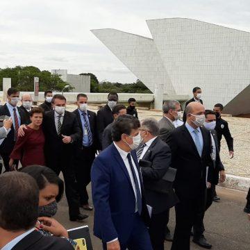 Bolsonaro atravessa Praça dos Três Poderes a pé e vai ao Supremo Tribunal Federal com os ministros e empresários