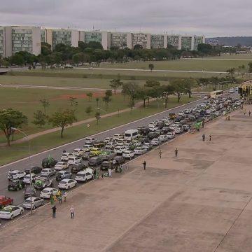 Apoiadores do presidente Bolsonaro fazem carreata na Esplanada dos Ministérios
