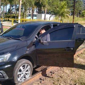 Prefeito de Mangaratiba-RJ bloqueia passagem de trem da empresa Vale com seu próprio carro