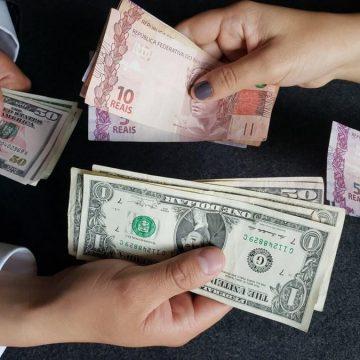 Dólar opera em forte alta após corte na Selic e chega a R$ 5,86