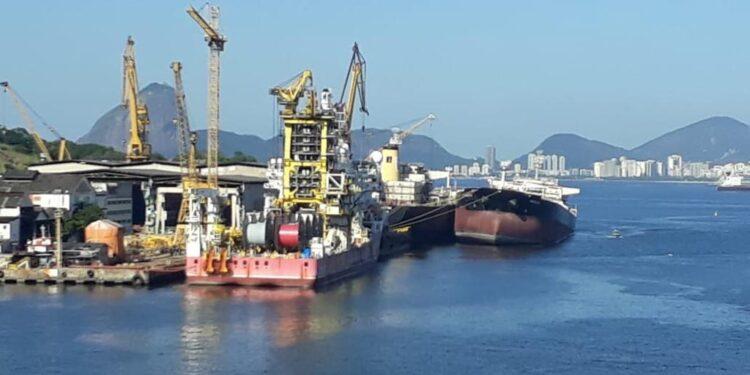 Marcando o triste fim dos navios da Transpetro, petroleiro afunda parcialmente no estaleiro Mauá