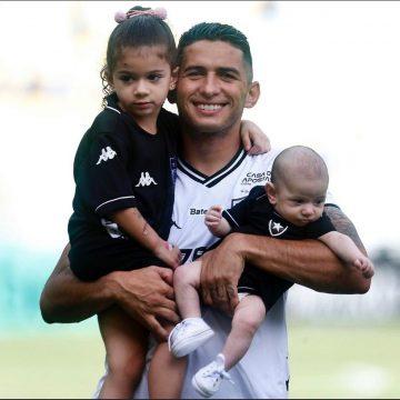"""Danilo Barcelos, do Botafogo, se apoia na família durante quarentena: """"Tudo na minha vida"""""""