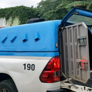 Homem com sintomas de coronavírus fica preso 24 horas dentro de viatura da PM no RJ