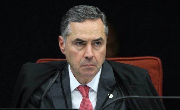 """Ao assumir TSE, Barroso rebate Bolsonaro e diz que povo se arma com """"educação e ciência"""""""