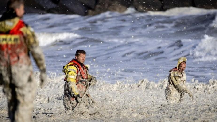 Tragédia na Holanda: 5 surfistas morrem durante ressaca com forte camada de espuma marinha