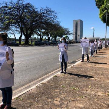 Profissionais de saúde e grupo contrário a Bolsonaro fazem protestos simultâneos no DF