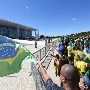 Da rampa do Planalto, Bolsonaro adere a protesto contra Moro, STF e Congresso e diz que chegou 'no limite'
