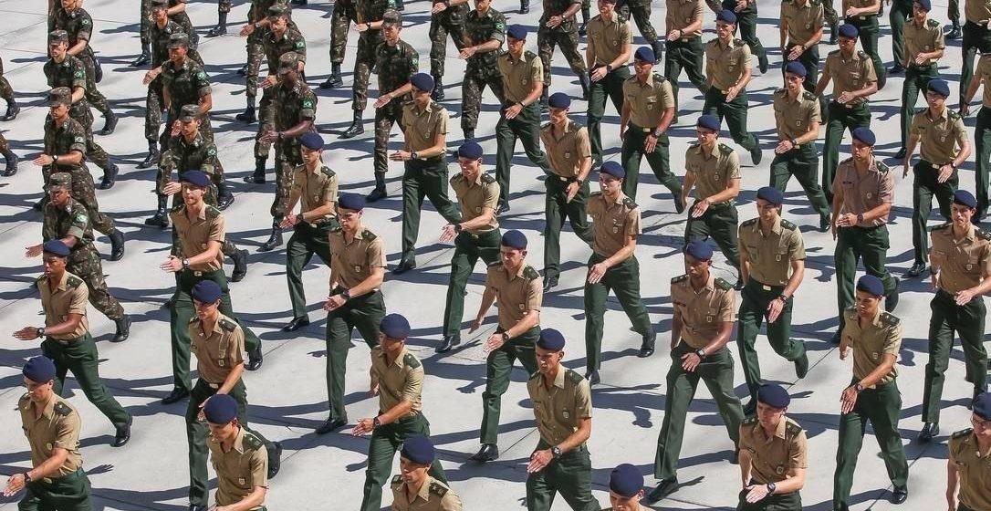 DEFESA QUER QUE MILITARES COM CARGO NO GOVERNO POSSAM GANHAR MAIS QUE O TETO