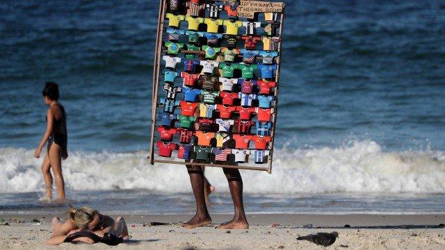 Bolsonaro veta auxílio emergencial a motoristas de aplicativo e ambulantes de praia