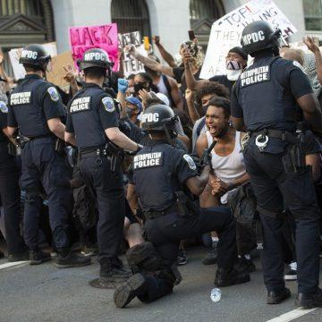 Em meio a protestos contra racismo nos EUA, policiais também se ajoelham em solidariedade; veja imagens