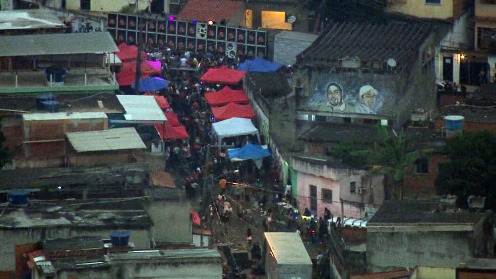 Imagens mostram aglomeração de pessoas em baile funk no Complexo do Chapadão, Zona Norte do Rio
