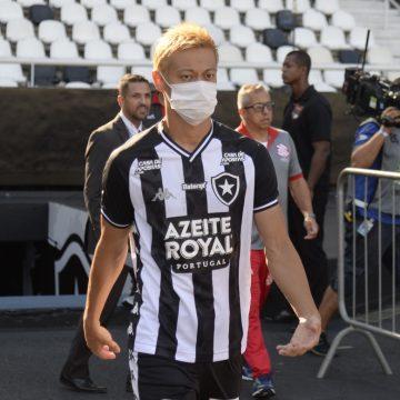 """Honda, do Botafogo, se diz assustado com Covid-19 no Brasil: """"Querem voltar com o futebol"""""""