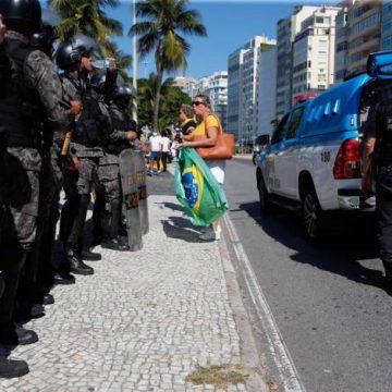 Incitado por deputado do PSL em manifestação, PM avisa: 'Mandei queimar aquela bandeira'