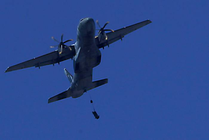 Paraquedista fica preso em aeronave, cai ao executar exercício e morre no Rio