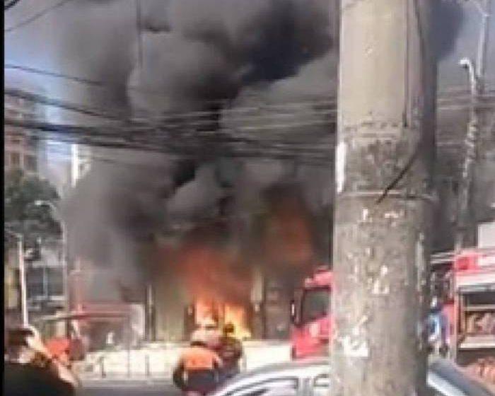 Incêndio atinge loja de artigos religiosos de umbanda e candomblé no Pechincha