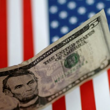 Dólar opera em queda e vai abaixo de R$ 5