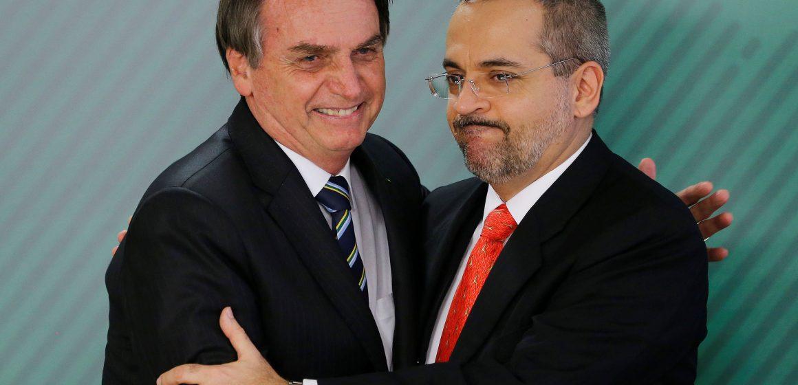 Bolsonaro avisa Weintraub que situação é crítica e que STF pede sua cabeça