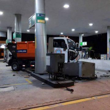 Bandidos jogam caminhão da Comlurb sobre posto de combustível para roubá-lo