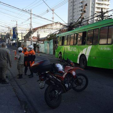Acidente com ônibus da Viação Niturvia embolou o trânsito da principal entrada de Nova Iguaçú