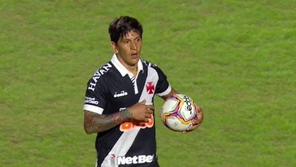 Com três gols, Cano volta com tudo e leva a bola para casa depois da vitória do Vasco sobre o Macaé