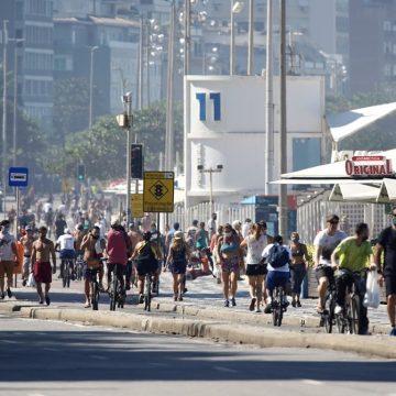Rio tem movimento na orla e no comércio, apesar de a Justiça manter isolamento; FOTOS