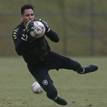 Ainda no Paraguai, Gatito Fernandez tenta voltar ao Brasil para se reapresentar no Botafogo