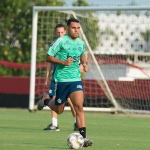 O mistério de Matheuzinho: destaque na base e esquecido no profissional, jovem é opção caseira no Flamengo